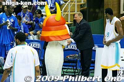 Hiko-nyan shakes hands with Lakestars Head Coach Robert Pierce.