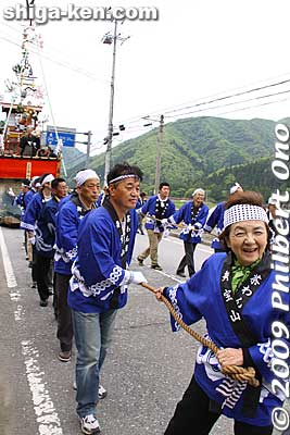 Governor Yukiko Kada pulls a float.